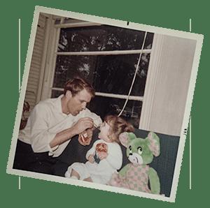 Über mich - Papa füttert mich als Kleinkind